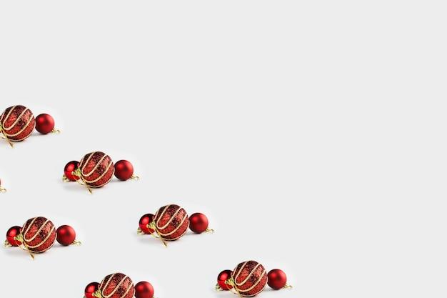 Образец с рождественскими украшениями, включая шары на белом фоне.
