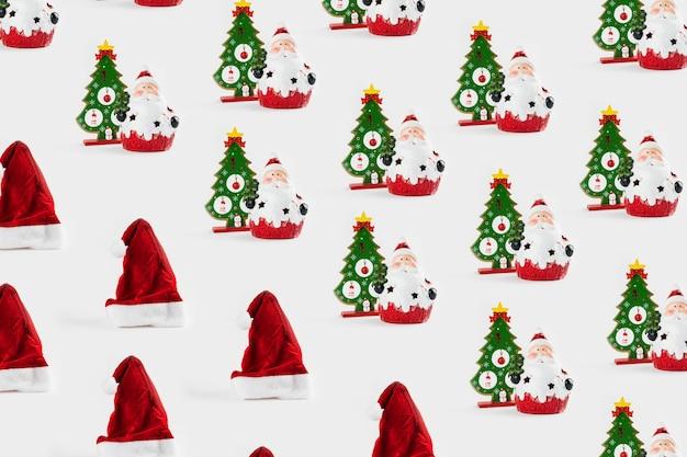 Образец с рождественскими украшениями, включая санта-клауса, елку и шапку санта-клауса на белом фоне.