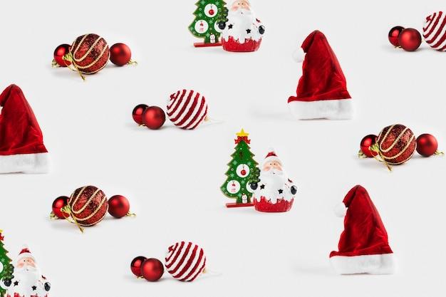 Образец с рождественскими украшениями, включая санта-клауса, елку, шары и шапку санта-клауса на белом фоне.