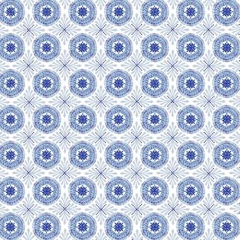 白い背景の上の青い色のさまざまな装飾的な形のパターン