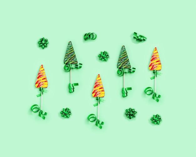 새해 휴일을 위한 크리스마스 트리 밝은 과자로 막대 사탕이 있는 패턴 색상 사탕 플랫 누워