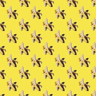 熟した皮をむいた黄色いバナナが分離されたパターン