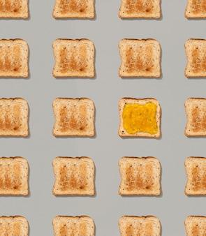 Узор с тостами и лимонным джемом на серой поверхности