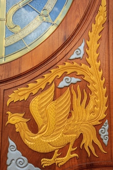 細工されたパターンの背景の木製のドア。