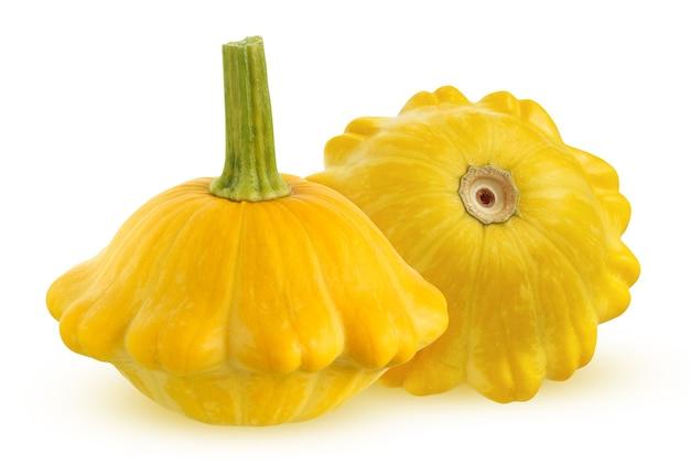 パティソンは白い背景にクリッピングパスで隔離されました。影のある2つの黄色い丸ごと野菜。
