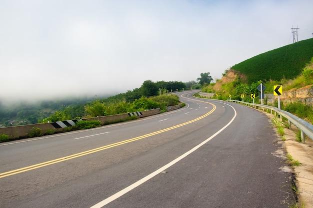 山の舗装道路のカーブ。道路分割線。