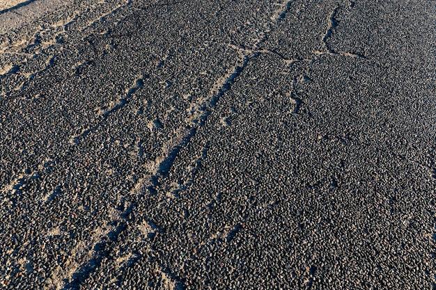 様々な車両の移動のための舗装道路、アスファルトに欠陥のある古い道路