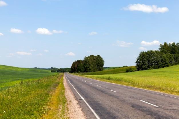 다양한 차량의 이동을 위한 포장 도로, 아스팔트에 결함이 있는 오래된 도로