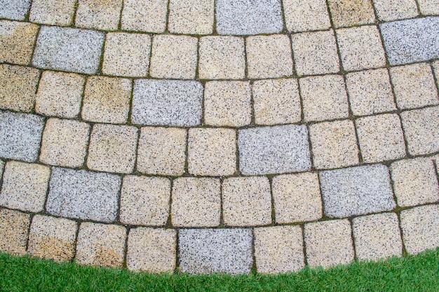 На поверхность выкладываются мощеные квадраты и прямоугольники.