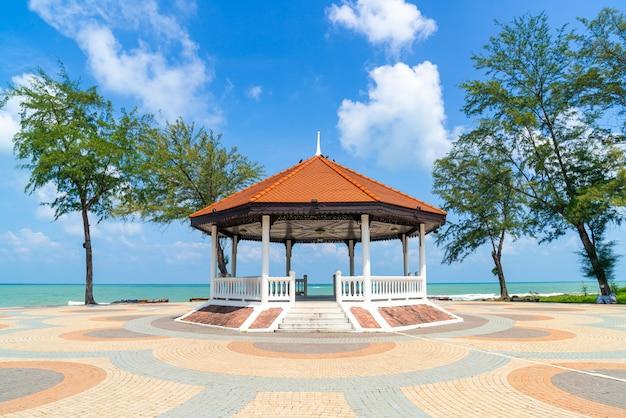 Павильон с фоном морского пляжа в сонгкла, таиланд