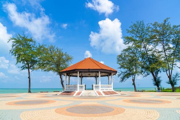 タイ、ソンクラーの海のビーチのあるパビリオン