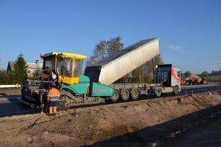 Paving machine and truck