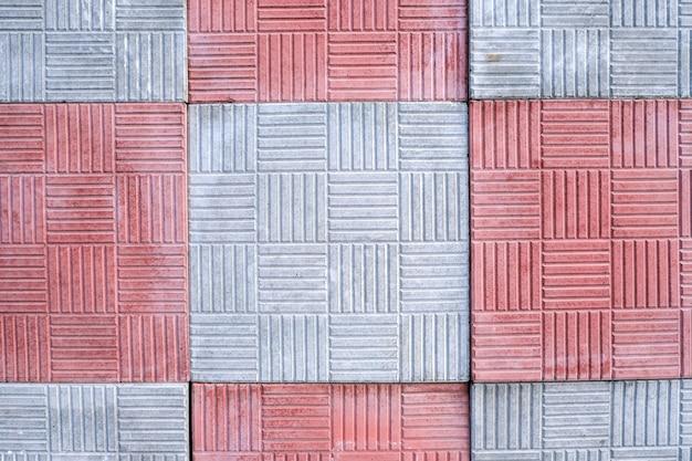 양각 패턴이 있는 흰색과 빨간색 포장용 석판, 클로즈업