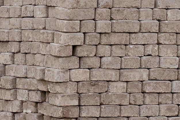 Брусчатка красная цементная плитка для укладки дорожного строительства, брусчатки на деревянных поддонах на стройплощадке.