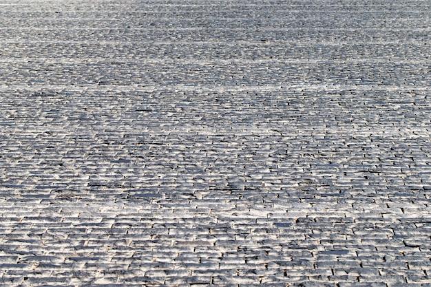 포장 돌 빈티지 도로 표지입니다. 역사적인 장소의 저녁 도로