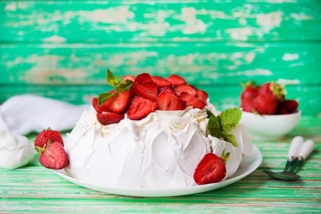 소박한 배경에 딸기와 크림을 넣은 파블로프의 케이크, 선별적인 집중