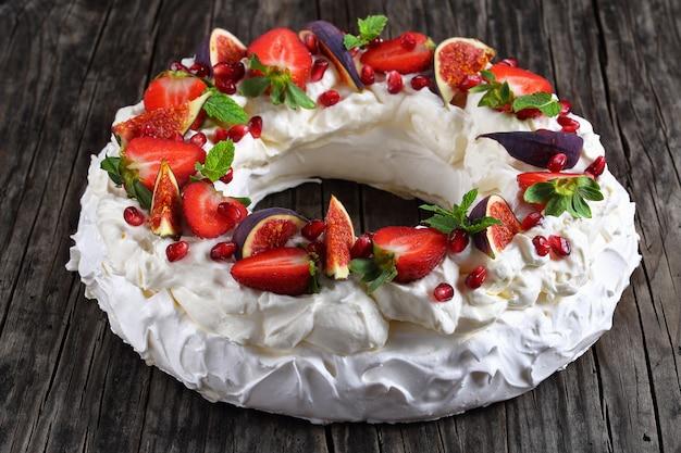 Павлова торт со свежими фруктами