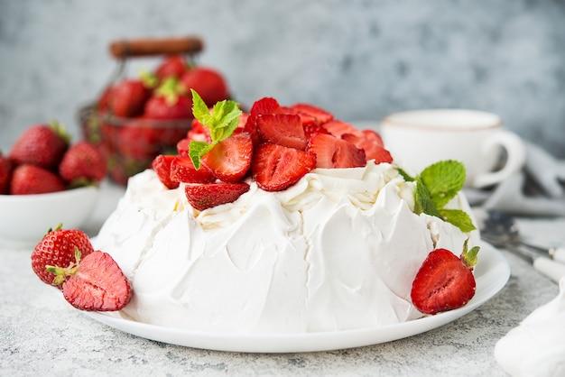 밝은 배경에 머랭과 신선한 딸기를 넣은 파블로바 케이크, 선별적인 초점, 클로즈업