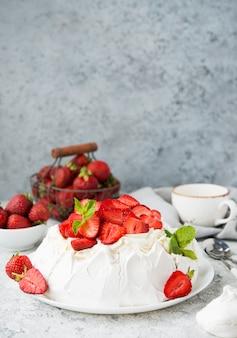 밝은 배경에 머랭과 신선한 딸기를 넣은 파블로바 케이크, 선별적인 초점, 복사 공간