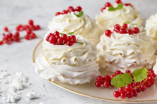 Павлова торты со сливками и свежими летними ягодами