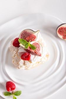 파블로바 디저트, 딸기와 무화과로 장식된 머랭 롤 조각