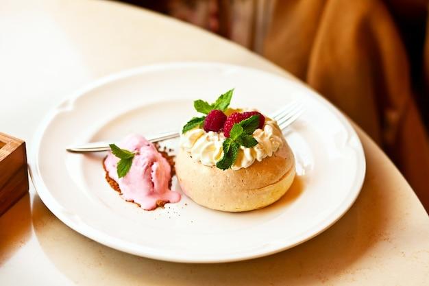 카페 테이블에 신선한 딸기와 파블로바 머랭 미니 케이크.