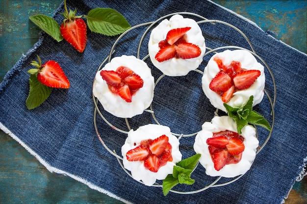 빈티지 블루에 신선한 딸기와 파블로바 머랭 파이