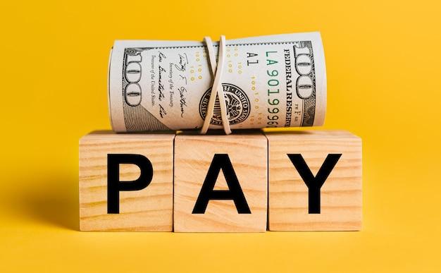 노란색 표면에 돈으로 지불합니다. 비즈니스, 금융의 개념