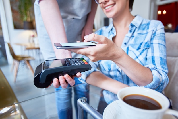 Платить за кофе