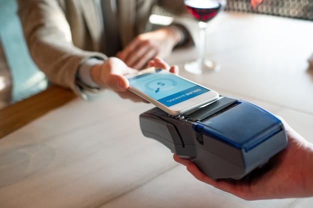 スマートフォンを使用してレストランで支払う