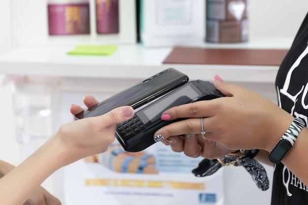 ビジネスデータフォンで携帯電話で請求書を支払う