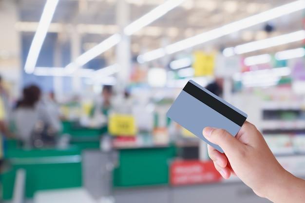店内のスーパーマーケットレジカウンターでクレジットカードでのお支払い