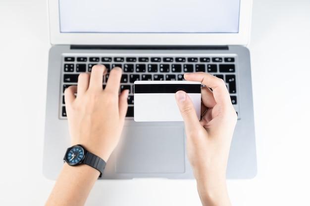 オンラインでクレジットカードで支払う。インターネットで何かを購入しながら銀行口座情報を入力する人