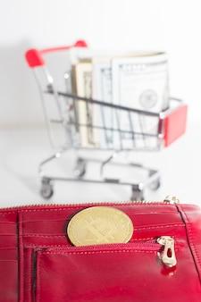 암호화폐로 결제. 비트코인 또는 달러. 빨간 지갑에 비트 코인 동전