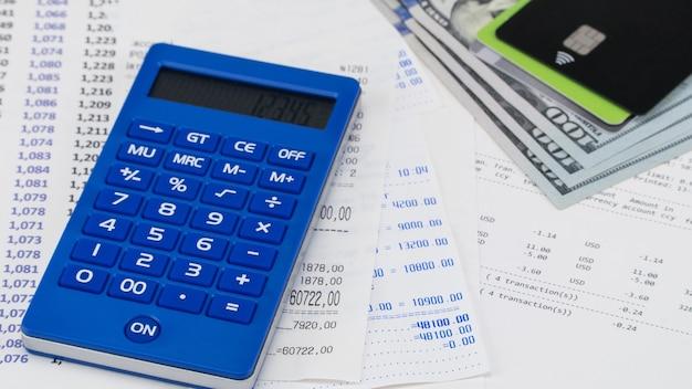 Платежная карта и калькулятор поверх квитанции супермаркета. концепция покупок и оплаты