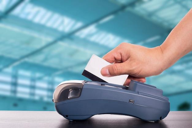 지불 신용 카드 기계. 온라인으로 지불하십시오.