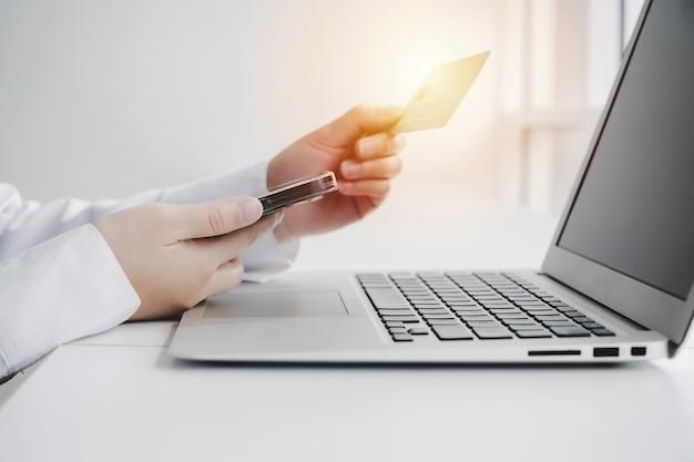 지불. 홈 오피스, 인터넷, 디지털 마케팅, 온라인 쇼핑, 온라인 결제 및 디지털 기술 개념에서 책상 위에 신용 카드로 휴대폰 지불 청구서에 암호 코드 입력