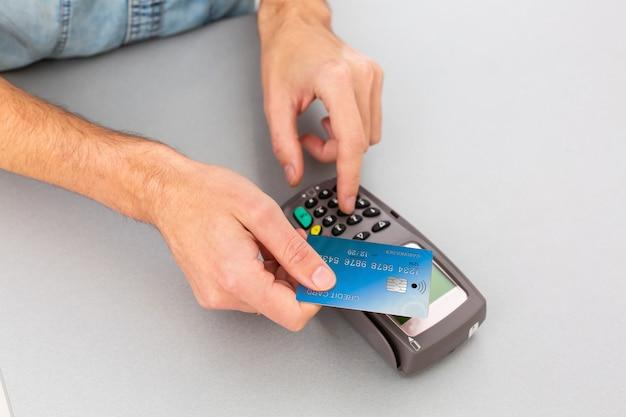 비접촉식 카드 및 nfc 기술을 통한 거래 결제. 전면보기. 수평 구성.