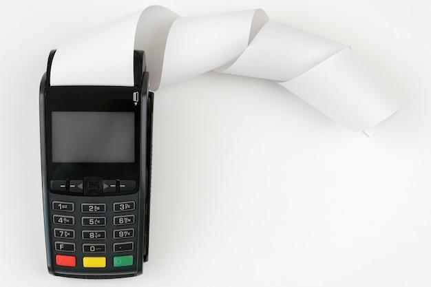 Платежный терминал pos с рулонной наличной лентой на белом фоне с копией пространства