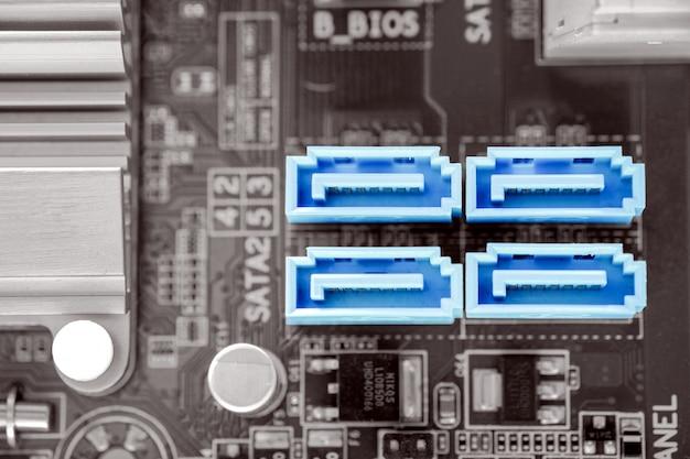 デスクトップpcのマザーボードにある青色4x sata-iiポート