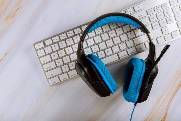 ヘッドセットとpcキーボードコールセンターサポートテーブルを備えたオフィスデスク。コピースペースとveiw