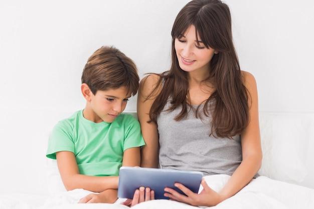母親と息子、タブレットpcを使用して