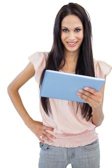 彼女のタブレットpcでポーズを取る笑顔の若い女性