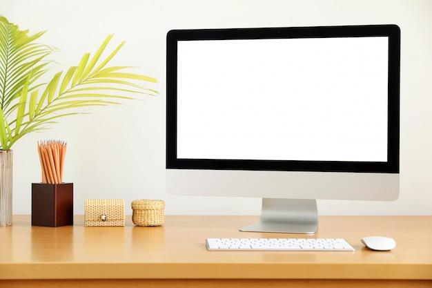 空白の画面のコンピューター、デスクトップpc。作業台正面のビジネス用