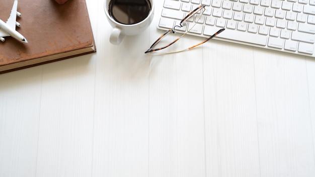 Pc、消耗品およびコピースペースが付いている白いデザイナー事務机テーブル。