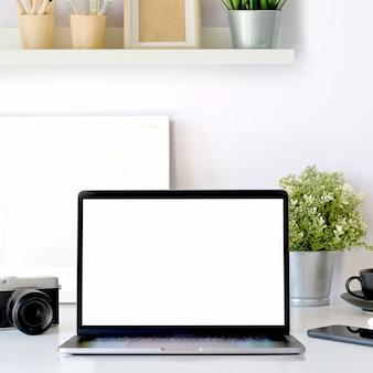 空白の画面のタブレットのモックアップ、pc、スタイリッシュな備品を備えた近代的な仕事場