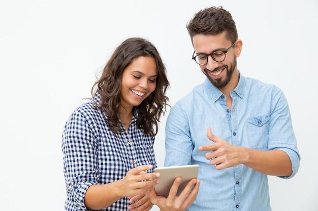 タブレットpcを使用して笑顔のカップル