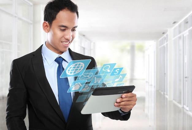 タブレットpcを使用してアジアビジネスの男性