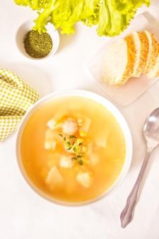 허브와 함께 흰색 그릇에 완두콩 수프입니다. 평면도.