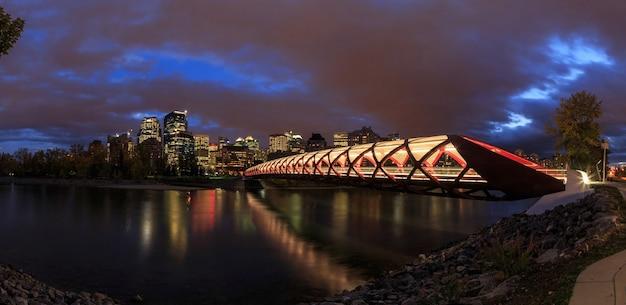 Мост мира через реку боу в калгари, альберта, канада